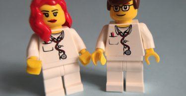 A área médica encanta muita gente. Tornar-seum médico capaz de salvar vidas realmente pode ser muito atrativo. Mas é muito comum que, nos primeiros anos de faculdade, o estudante de medicina tenha dificuldades em se adaptar aocurso.A área médica encanta muita gente. Tornar-seum médico capaz de salvar vidas realmente pode ser muito atrativo. Mas é muito comum que, nos primeiros anos de faculdade, o estudante de medicina tenha dificuldades em se adaptar aocurso